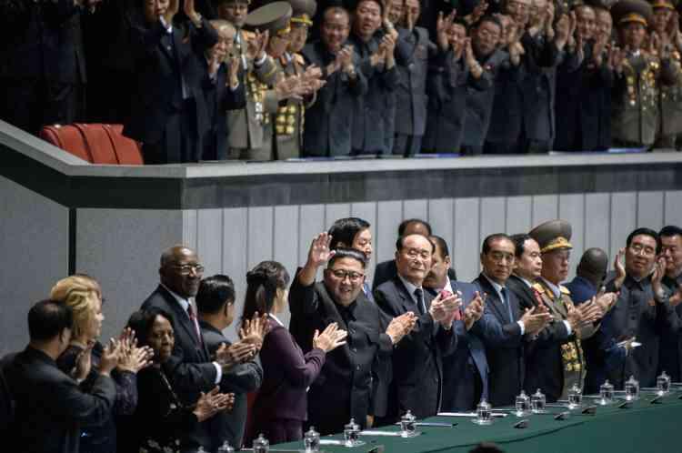 Kim Jong-un aux« Jeux géants» avec des cadres de son exécutif.