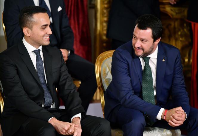 Le ministre du travail et de l'industrie Luigi Di Maio (à gauche), aux côtés du ministre de l'intérieur, Matteo Salvini, le 1er juin, à Rome.