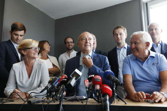 Alain Juppé (au centre) a rassemblé à Bordeaux les representants de la droite sociale. Ici, notamment à ses cotés, Jean-Pierre Raffarin (à droite) et Maël de Calan.