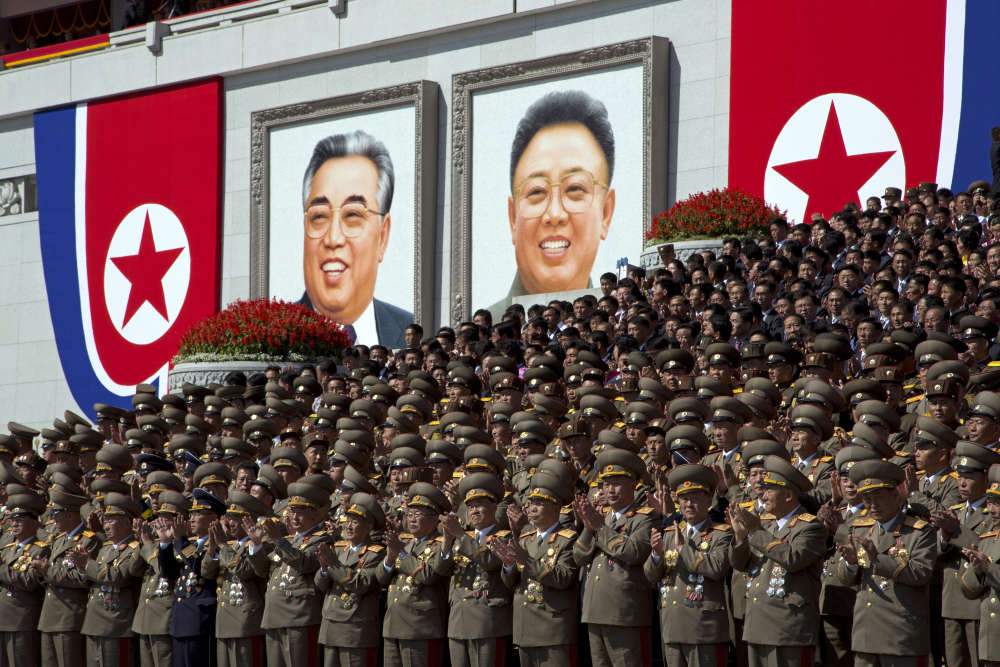Des officiers applaudissent la parade, à Pyongyang, le 9 septembre.