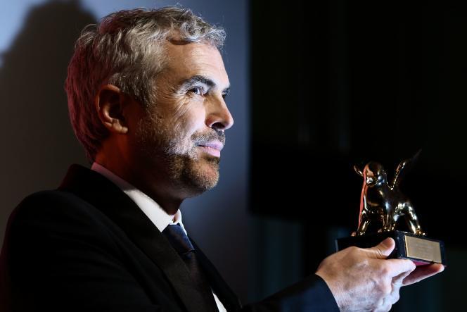 Le réalisateur mexicain Alfonso Cuaron avec le Lion d'or reçu pour son film« Roma» à la Mostra de Venise, le 8 septembre 2018.