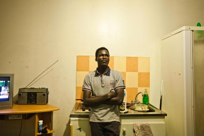Anwar, un réfugié soudanais, dans son studio à Vichy, en décembre 2017.