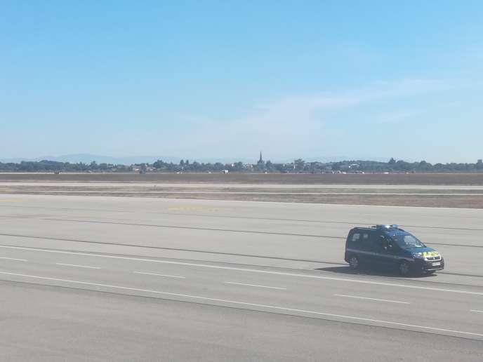 Un automobiliste a forcé deux portes vitrées donnant accès à l'enceinte du terminal1 de l'aéroport, avant d'accéder aux pistes. Ici, une photo prise par un des passagers d'un avion montre une voiture de la gendarmerie à sa poursuite.