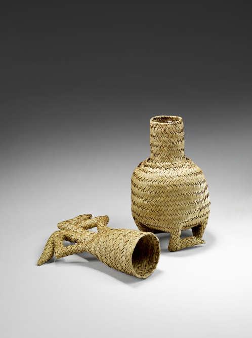 «La vannerie est l'un des arts les plus réputés de Madagascar. Ce sont les femmes qui réalisent, depuis des siècles et encore aujourd'hui, avec les feuilles de palmes, les nervures et les tiges de graminées, des vêtements, des coiffes et des paniers et étuis aux formes diverses.»