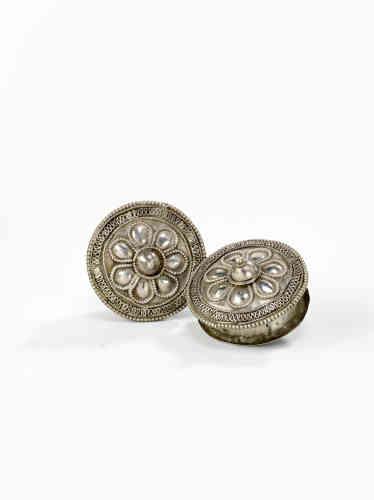 «Les bijoux en argent portés par les hommes comme par les femmes avaient déjà été évoqués par les navigateurs portugais qui abordèrent l'île pour la première fois en 1500. Bracelets, perles de métal, ornements d'oreilles présentent des motifs marqués par l'influence stylistique des arts précieux de la péninsule arabique, de l'Inde et de l'Indonésie.»
