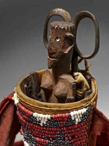 """«Les éléments qui constituent la """"charge magique"""" des amulettes mohara proviennent du monde animal (poils, graisse de zébu, griffes et plumes d'oiseaux, etc.), de la végétation (graines, petits morceaux de bois), du sol (cornaline, ocre, terre). Des pièces manufacturées (lames, ciseaux, pinces, perles de verres) et des figurines sont souvent incluses dans cet amalgame destiné à se protéger d'un destin malheureux, voire funeste, ou à favoriser la chance et le succès.»"""