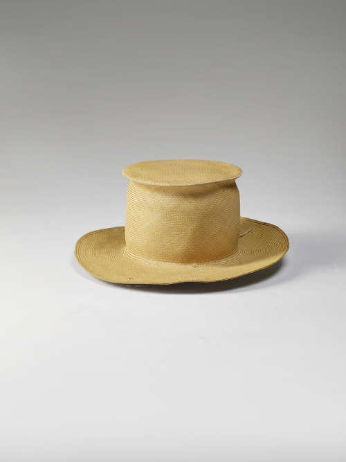 «Les vanneries sont d'une finesse et d'une souplesse extraordinaire. Ici, ce chapeau, collecté à la fin du XIXe siècle, imite le haut-de-forme que les Occidentaux portaient lors des cérémonies officielles. D'autres coiffes sont plus proches des canotiers ou de la casquette. Les bords sont souvent conçus plus larges que sur le modèle européen afin de se protéger du soleil.»