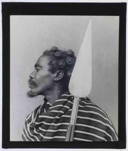 «La sagaie fait partie des premiers types d'objets de Madagascar qui ont été rapportés en Europe dès le début du XIXe siècle. Ce portrait d'un guerrier a été réalisé par le paléontologue et naturaliste français Eugène Bastard entre 1896 et 1910.»