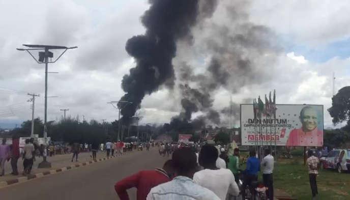 De la fumée s'élève au-dessus de la ville de Lafia, au Nigeria, après une explosion survenue le 10 septembre, sur cette image obtenue via les réseaux sociaux.
