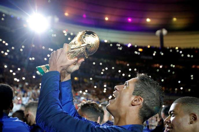Raphaël Varane et ses coéquipiers fêtent leur victoire à la Coupe du monde, au Stade de France (Seine-Saint-Denis), le 9 septembre.