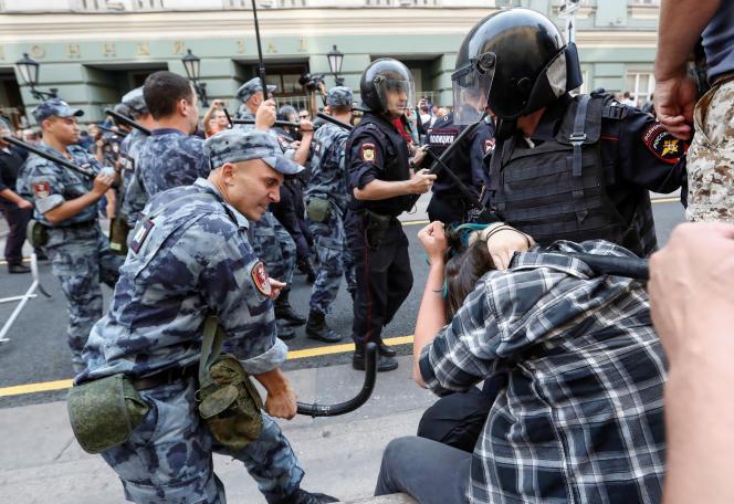 Un soldat de la Garde nationale matraque un manifestant lors de la manifestation contre la réforme des retraites, à Moscou, le 9 septembre.