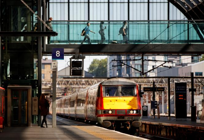 Une rame de la société East Coast Main Line,nationalisée en mai, à la gare de Kings Cross, à Londres, le 25 juin.