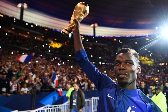 Le milieu de terrain Paul Pogba brandi la Coupe du monde devant les spectateurs du Stade de France, le 9 septembre.