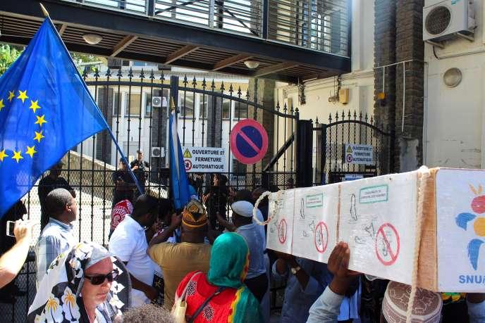 Manifestation devant le service des étrangers, le 10 mai 2018 à Mamoudzou.