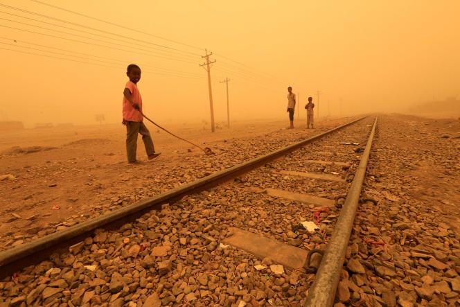 Des enfants jouent près d'une voie ferrée pendant une tempête de sable à Khartoum, au Soudan, en mars 2018.