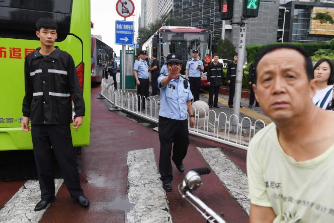 La police chinoise a réprimé la manifestation devant les locaux du régulateur bancaire, à Pékin, le 6 août.