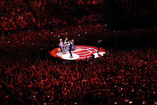 U2 entouré par le public, à l'AccorHotels Arena de Paris, le 8 septembre.