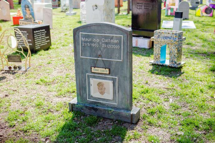 Une des 240 tombes de l'installation de Maurizio Cattelan, «Eternity».