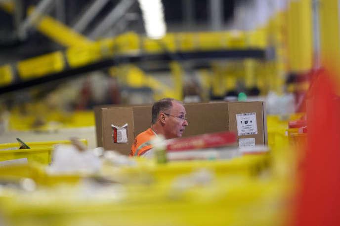 Préparation des commandes dans le centre Amazon de Robbinsville (New Jersey), aux Etats-Unis, en août 2017.