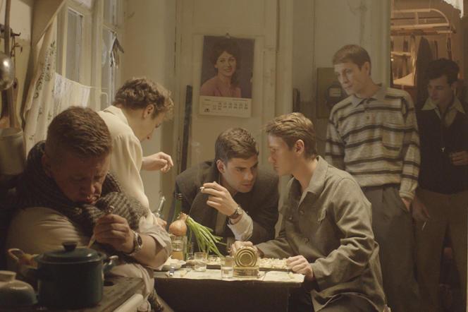 Au centre, le héros du film, incarné par Milan Maric, entouré de ses amis intellectuels et artistes, dans «Dovlatov», d'Alexeï Guerman Jr.