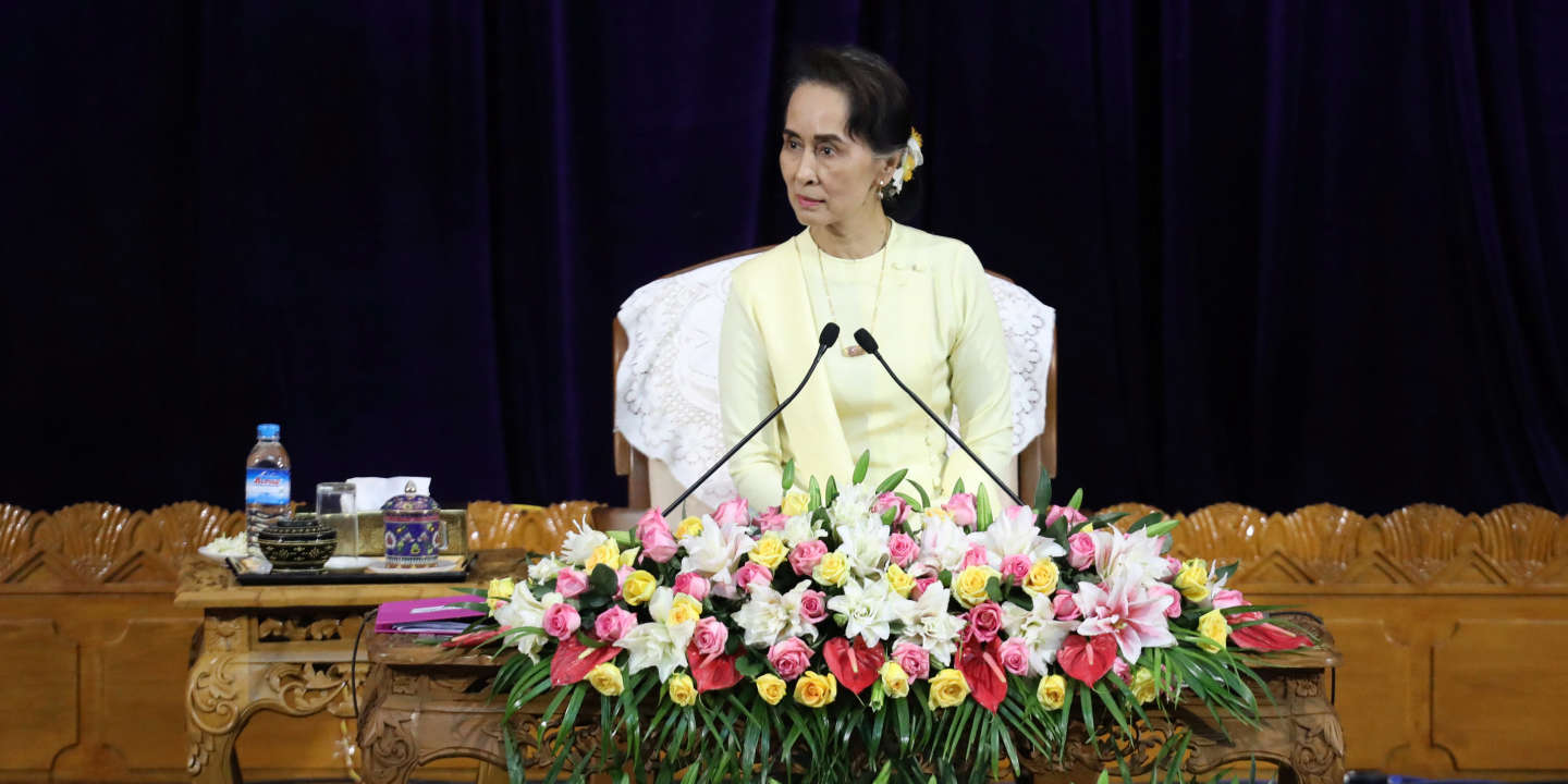 Myanmar's State Counsellor Aung San Suu Kyi holds a talk with scholars at Yangon University in Yangon, Myanmar August 28,  2018. REUTERS/Ann Wang