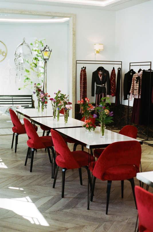 Le showroom, avec ses tables des années 1950, récupérées dans l'ancienne cantine del'atelier.
