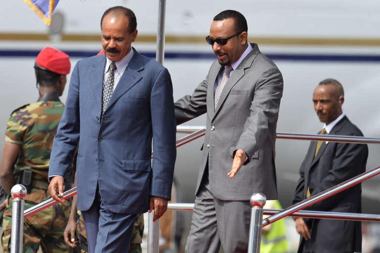 Le président érythréen, Isaias Afwerki (à gauche), est accueilli par le premier ministre éthiopien, Abiy Ahmed, à l'aéroport d'Addis-Abeba, le 14juillet 2018.