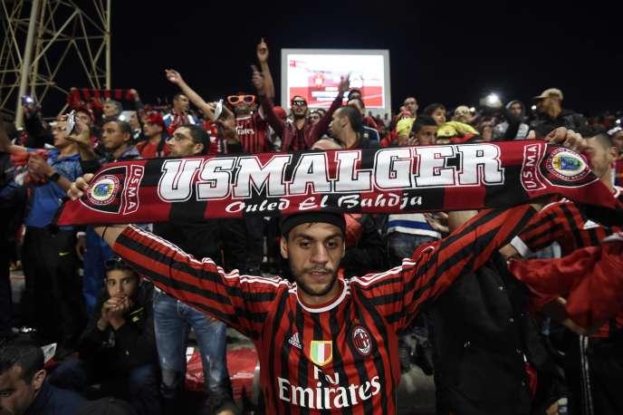 Des supporteurs du club algérien de l'USMA lors d'un match contre le club congolais du TP Mazembe, en octobre 2015, à Alger.