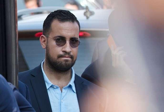 Alexandre Benalla lors du transport de l'équipe de France de football depuis Roissy-Charles-de-Gaulle, le 16 juillet.