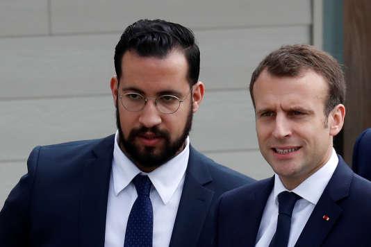 Alexandre Benalla assurant la sécurité d'Emmanuel Macron lors de la visite du président de la République àBerd'huis (Orne), le 12 avril.