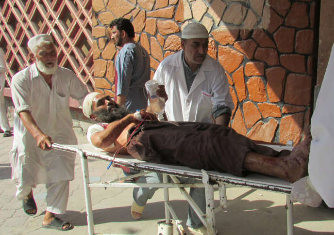 Un blessé de l'attentat dans la province du Nangahar est amené à l'hôpital, le11septembre 2018.