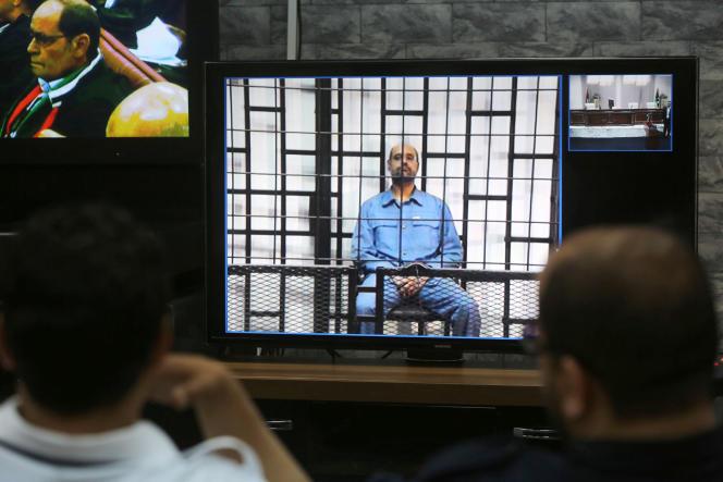 Saïf Al-Islam Kadhafi lors de son interrogatoire en vidéoconférence par le tribunal de Tripoli, depuis la prison de Zintan (Libye), le 11 mai 2014.