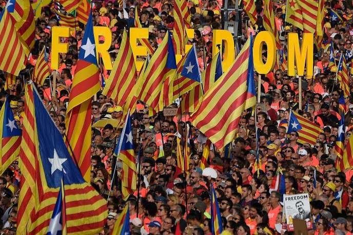 À 17 h 14 précises, en commémoration de la prise de Barcelone le 11 septembre 1714 par les troupes du roi Felipe V qui supprima l'autonomie de la région, les manifestants ont levé une marée de drapeaux séparatistes et clamé « Indépendance ! » sur six kilomètres de l'avenue Diagonal.