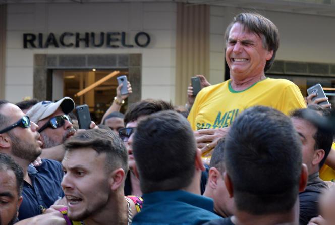 Jair Bolsonaro a été poignardé alors qu'il était porté sur les épaules d'un partisan, le6septembre 2018.