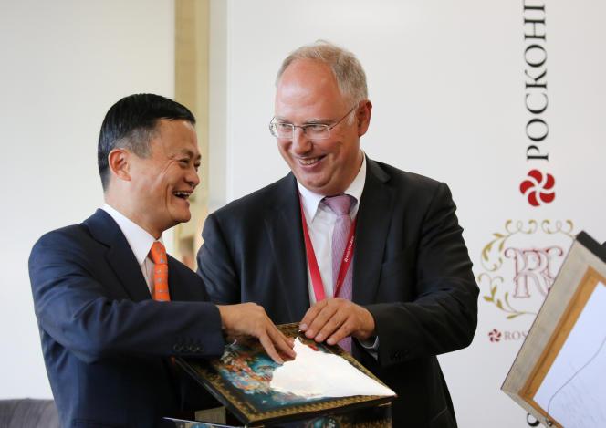 Jack Ma, le fondateur du groupe chinois Alibaba et Kirill Dmitriev, le patron du fonds souverain Russian Direct Investment Fund, lors du forum économique de Vladivostok, en Sibérie, le 11 septembre.