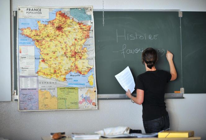 Une enseignante donne un cours d'histoire-géographie, en décembre 2009 au lycée Allende à Hérouville-Saint-Clair.