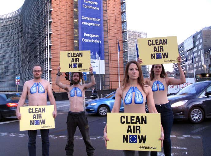 Des militants de Greenpeace manifestent devant la Commission européenne, à Bruxelles, le 30 janvier.