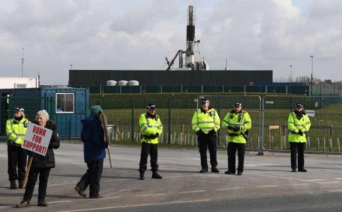 Des manifestants devant le site de Cuadrilla, à Preston (Angleterre), en mars.