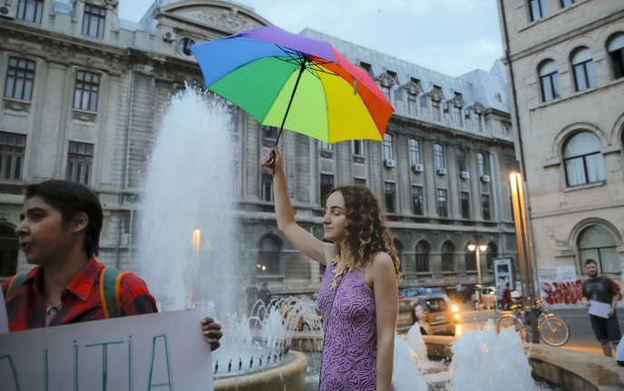 Une femme prend part à un rassemblement d'opposants à la tenue d'un référendum inscrivant dans la Constitution roumaine l'interdiction du mariage homosexuel, à Bucarest, le 11 septembre.