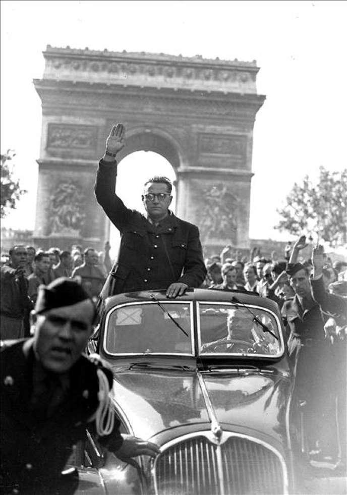 Jacques Doriot, sur les Champs-Elysées, à Paris, en août 1943, lors d'une manifestation duParti populaire français, la formation d'extrême droite qu'il a fondée.