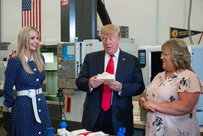 Donald Trump, et sa fille, Ivanka Trump (à gauche), le 26 juillet 2018, à Peosta (Iowa). Le président américain tient dans ses mains une réplique miniature de la Maison Blanche conçue à l'aide d'une imprimante 3D.