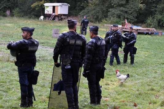 Les gendarmes lors de l'évacuation de la ZAD deKolbsheim (Bas-Rhin), le 10 septembre.
