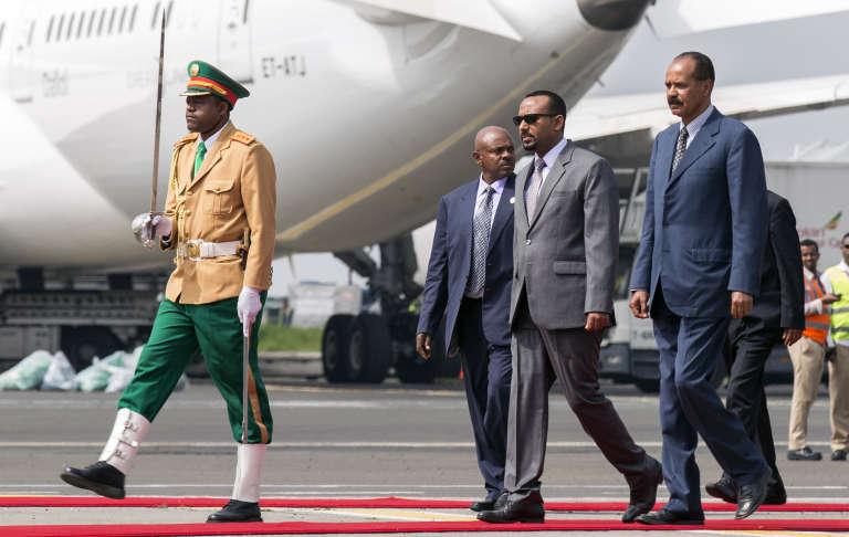 Le président de l'Erythrée, Isaias Afwerki (à droite), accueilli le 14juillet 2018 par le premier ministre de l'Ethiopie,Abiy Ahmed, pour sa première visite à Addis-Abeba depuis vingt-deux ans.