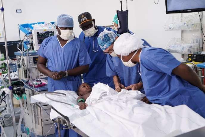 Une équipe d'anesthésistes prépare la patiente Fanta Diarra pour la première opération à cœur ouvert au centre André-Festoc, à Bamako, le 10septembre 2018.