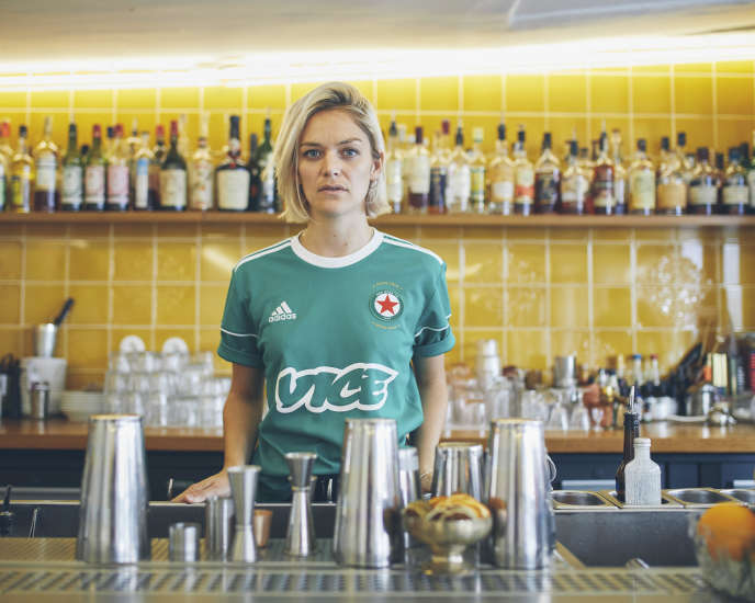 Margot Lecarpentier dans son bar, Combat, qu'elle a cofondé avec Elena Schmitt.