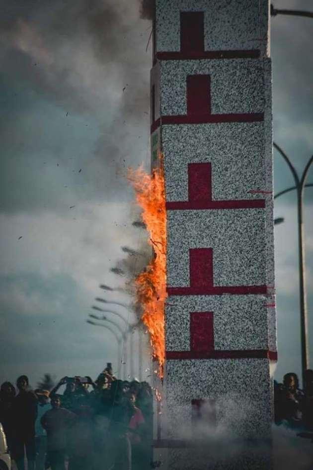 En août, sur l'île de Maafaru, aux Maldives, met le feu à une tour surmontée d'un drapeau américain représentant les attentats du 11-Septembre.