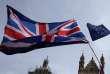 Entre l'Union flag et le drapeau européen, un manifestant tient une pancarte sur laquelle est écrit : « Brexit. Cela vaut-il le coup ?», devant le Parlement, à Londres, le 10 septembre.