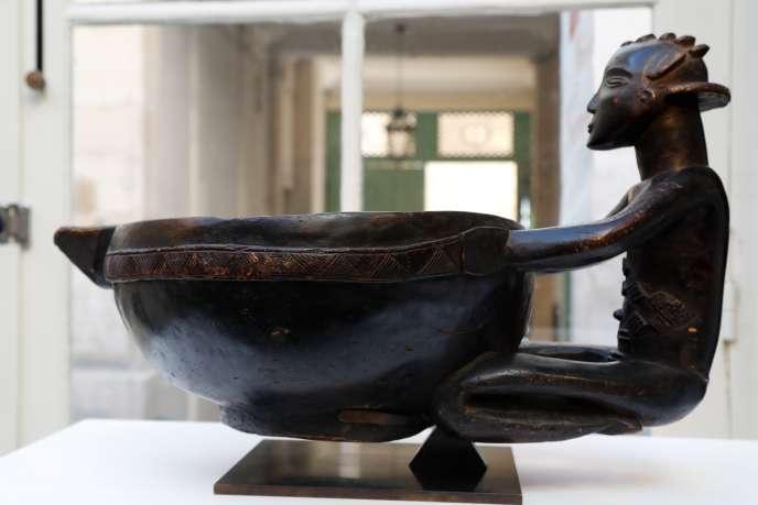 Un bol Luba venu de la République du Congo, exposé dans l'une des galeries participant au Parcours des mondes, à Paris, le 11 septembre 2018.