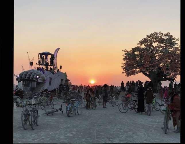 Le vélo est le moyen de locomotion préféré des burneurs. Chaque année, des milliers de bicyclettes sont abandonnées sur le site.