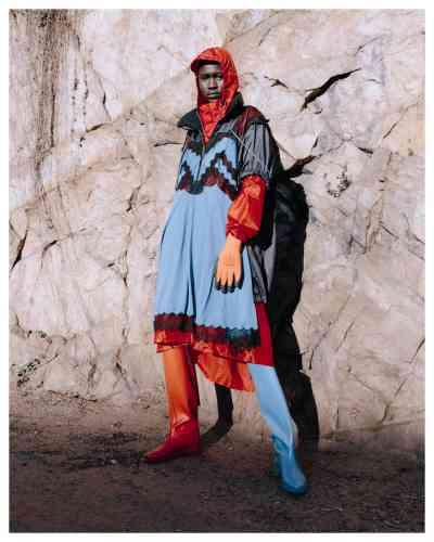 Blouson-robe à capuche en nylon, Maison Margiela. Pantalon en nylon, Koché. Gants en polyester, Dexter. Bottes en caoutchouc, Stuart Weitzman.